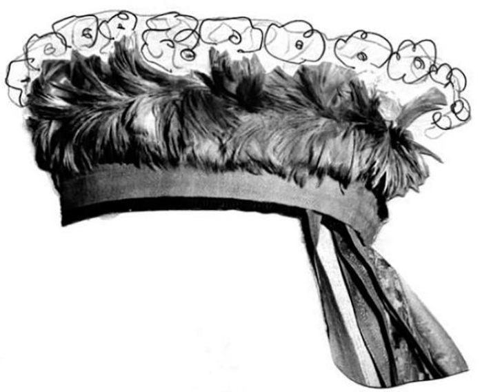 Вінок з фарбованого пір'я та штучних квітів. (Рядок квітів, який розміщували над пір'ям, знищений). Фото: Г. Стельмащук. Вбрання на Волині у ХІV—ХVІІІ століттях і побутування окремих його компонентів у селян до середини ХХ ст.