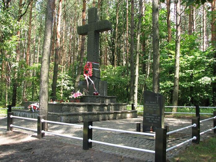 Пам'ятник загиблим польським мешканцям Янової Долини