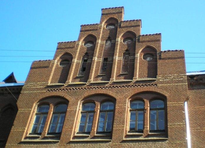Школа Святої Анни. Один з фронтонів бічного фасаду