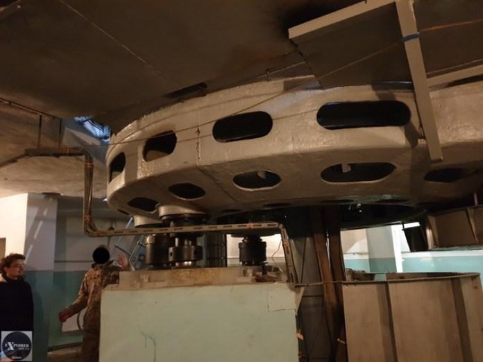 В круглій будівлі під поворотним пристроєм для 25-м антени