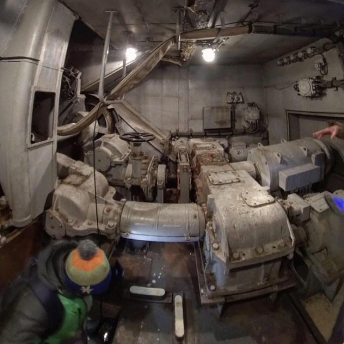 Піднімаємося вгору до самої антени. По корабельному тісно та затишно. Видно гідродвигуни що рухали антеною. (с)фото Станіслав Сніжко
