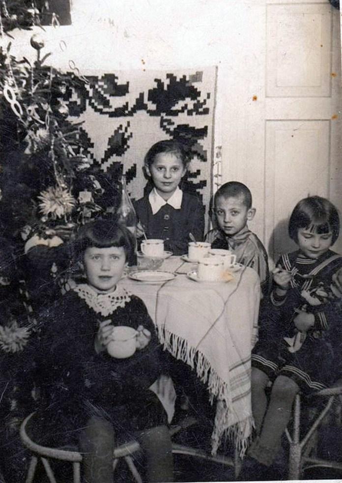 У домі Негребецьких на вул. Житній, 1938 р. Діти: Наталка Негребецька, Олексій, Галина і Наталя Мучинські