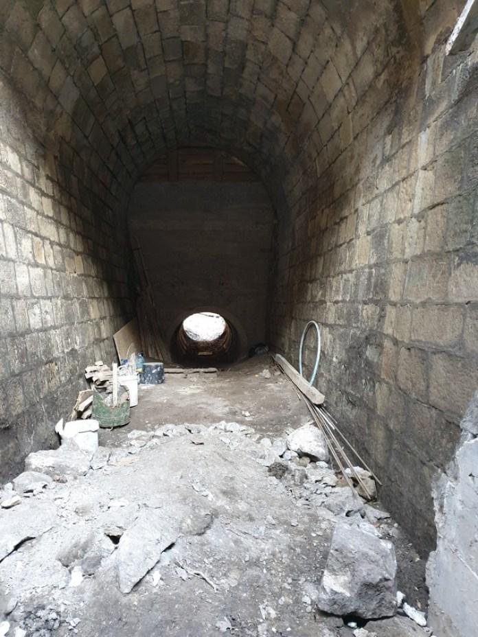 Бетонне продовження тунелю під автомобільною дорогою