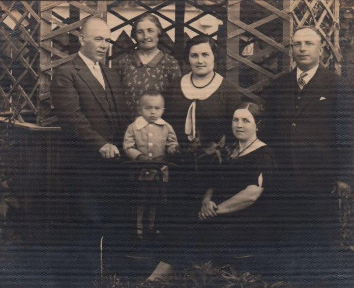 Родина Бондарів. Іван Бондар крайній ліворуч