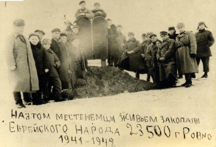 Перший пам'ятник встановлений на місці розстрілу в 1944 році.