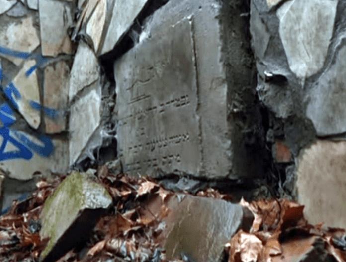У Львові у стіні біля покинутого будинку знайшли старовинні єврейські надгробки (ВІДЕО)