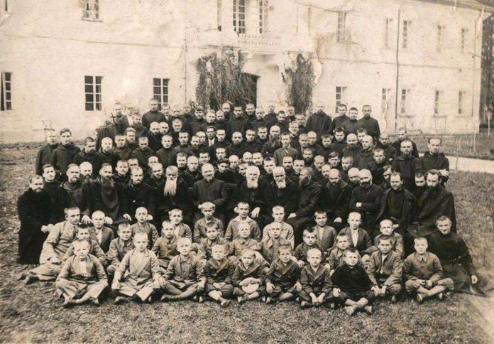 Бл. свщмч. Климентій – Казимир граф Шептицький із монахами-студитами та дітьми-сиротами.