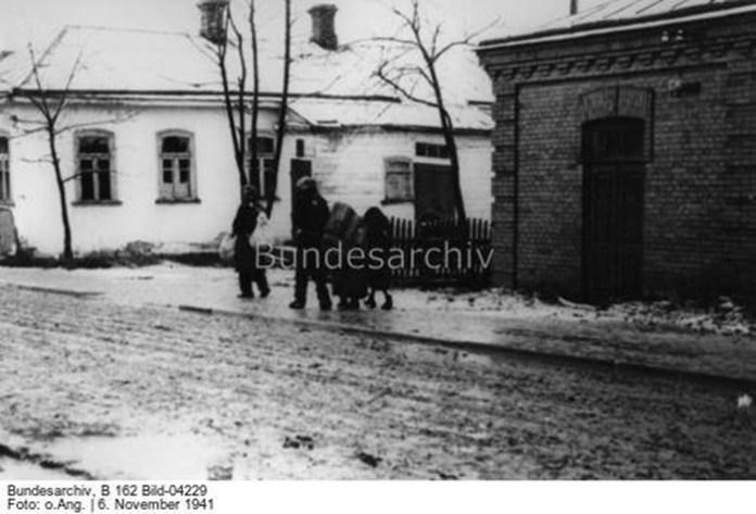 Імовірно зображено рівненських євреїв, які прямують до місця збору. Фото з Бундесархіву датоване 6 листопада 1941 року