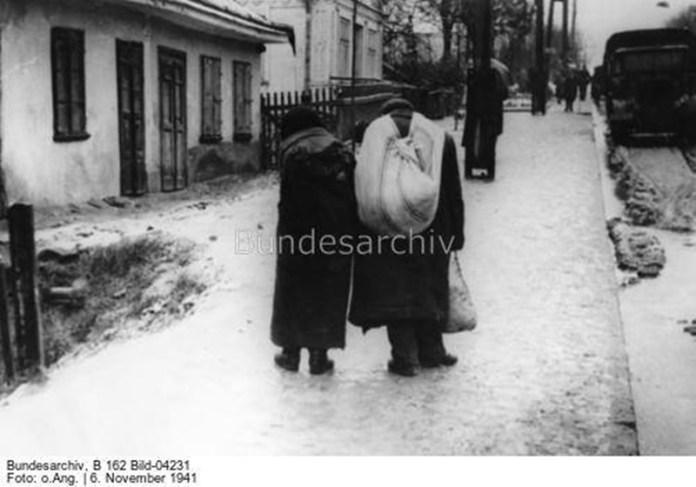 Імовірно євреї прямують на Грабник. Фото з Бундесархіву