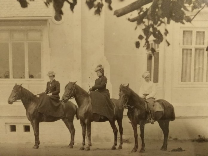 Перша зліва Кіра фон Мекк, дружина Олександра Запольського, 1920-ті роки. von-meck.info