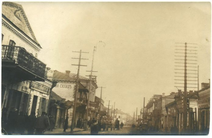 """Рівне, 1930-і роки. Напис """"Аптечний склад"""" на будинку. Фото з колекції Олега Марківа"""
