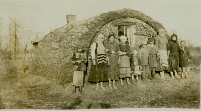 Єврейська родина біженців біля тимчасового житла на околицях Рівного