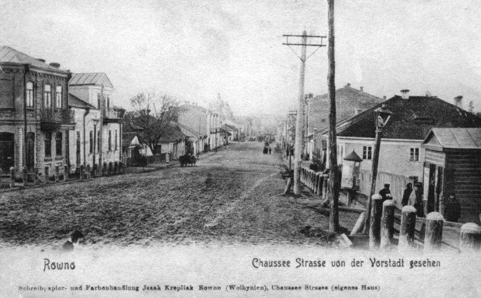 Вул. Шосова, поч. ХХ ст., на вулиці ще стоять стовпи з гасовими ліхтарями