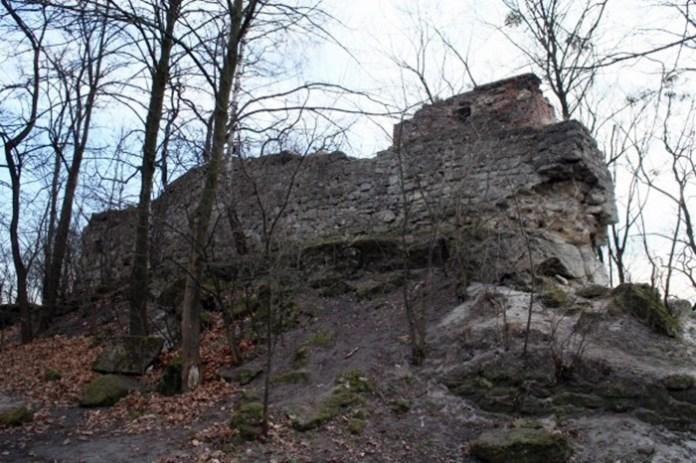 Залишок стіни Високозамку. Фото: karpaty.info