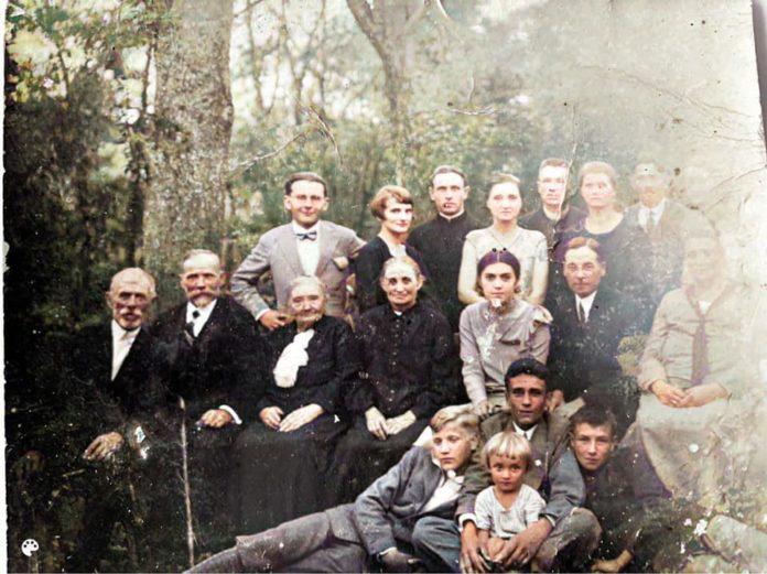 архівне сімейне фото, на якому серед інших людей є поет Богдан-Ігор Антонич