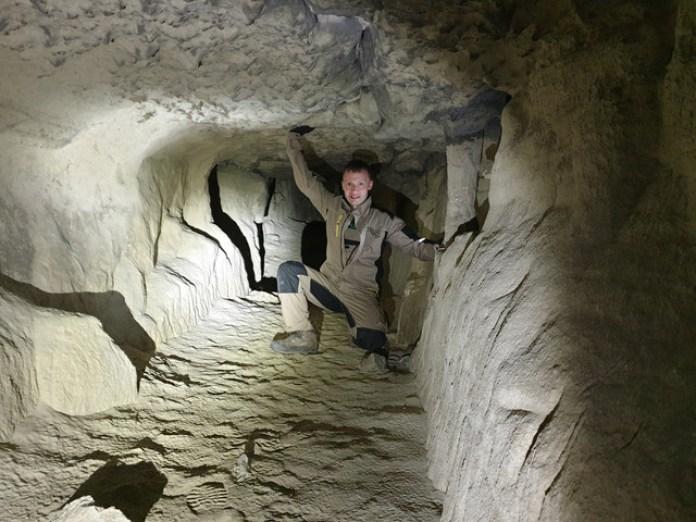 Ось що всередині. Це тунель ліворуч від входу, наче якась каменоломня