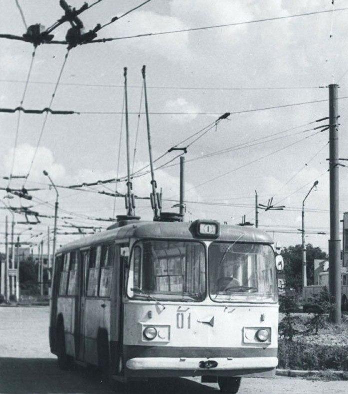 Тролейбус «Київ-6» із деповським № 01 у тролейбусному депо Луцька. Цей тролейбус відкривав рух в цьому місті. Фото Анатолія Вільковича, 1970-ті рр..