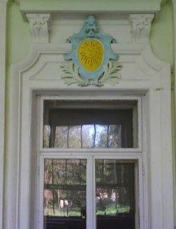 Ще один герб над вікном у національних барвах. Світлила Леся Малахівська