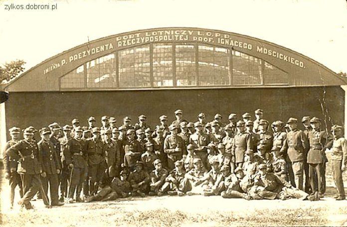 Військові на фоні ангару аеропорту на Скнилові