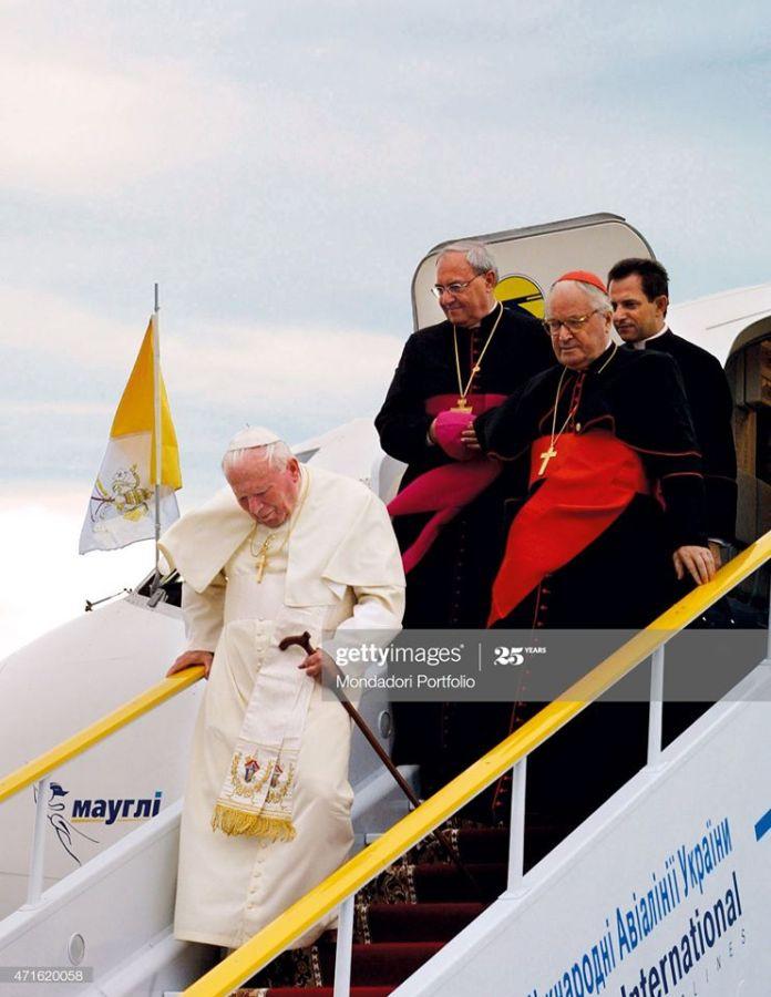 Іван Павло ІІ сходить з трапу літака