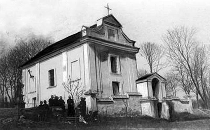 Прихожани біля костела
