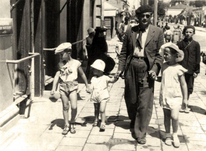 Юрій Миць на прогулянці з дітьми. Луцьк, 1937 рік. Фото з сайту «Галерея мистецтв»