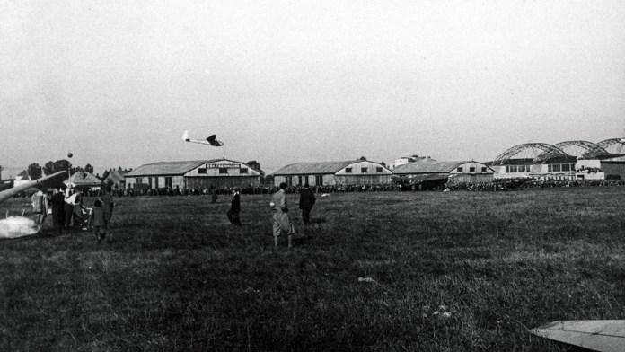 Вид з льотного поля на ангари аеропорту на Скнилові