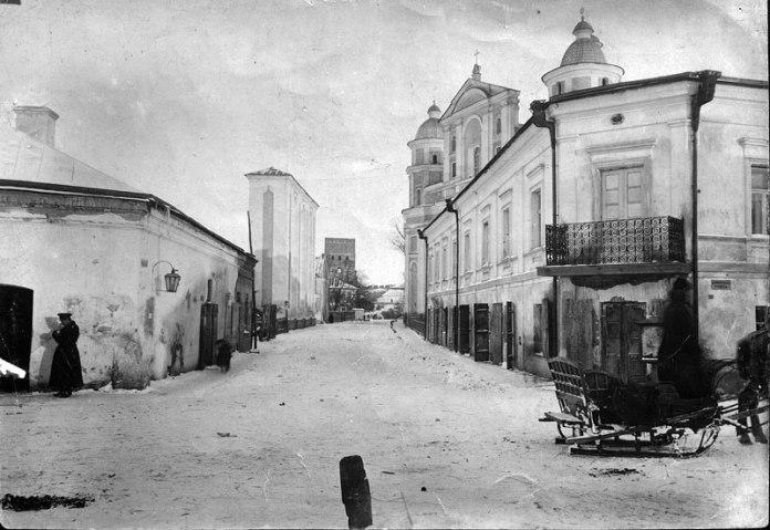 Перевізник на санях їде вулицею Домініканською (тепер Драгоманова)