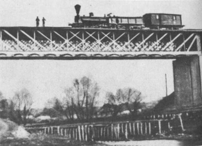 Один із перших робочих поїздів прямує до Львова.