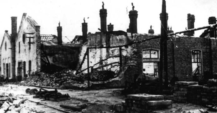 Цех Львівського паровозо-вагоноремонтного заводу, зруйнований під час Другої Світової війни. 1944 р.