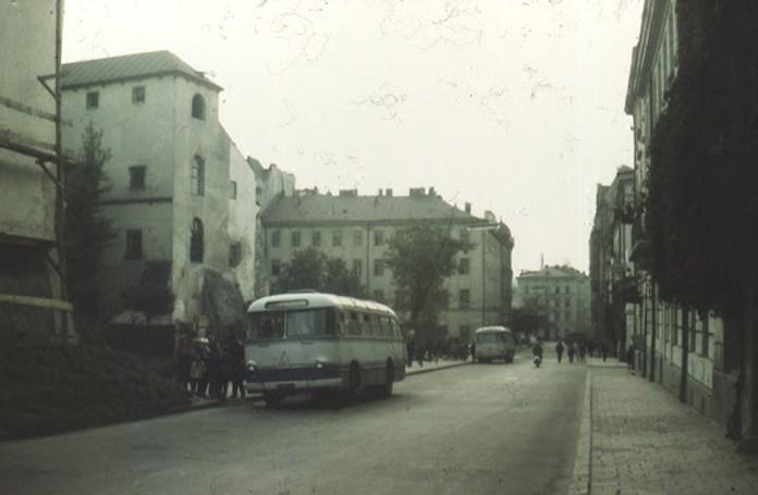 Автобус ЛАЗ-695М на кінцевій зупинці на вул. Валовій, 1970-ті рр..