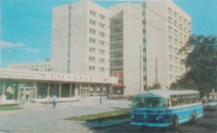 Автобус ЛАЗ-695М на вулиці Зеленій. 1970-ті рр..