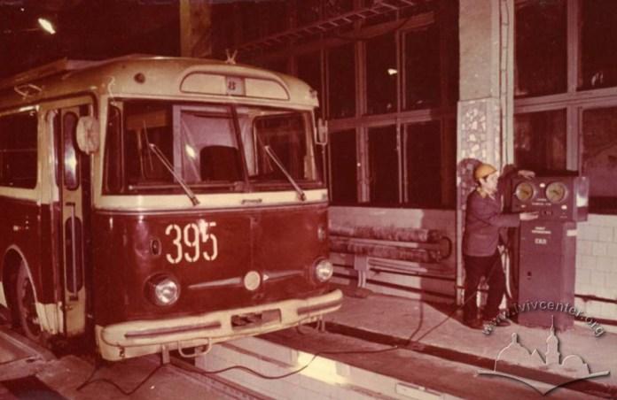 Обслуговування тролейбуса «Skoda 9Tr» в тролейбусному депо. Початок 1980-х років