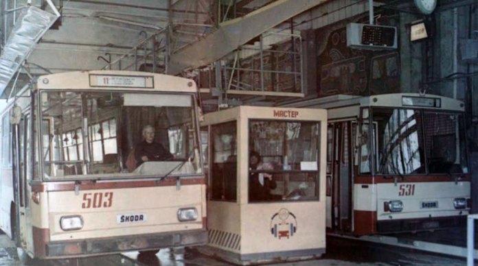 Тролейбуси «Skoda 14Tr» у профілакторії тролейбусного депо. 1989 р.