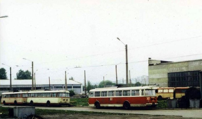 Тролейбуси «Skoda 9Tr» в очікуванні ремонту на території ЛТТРЗ. 1989 р.