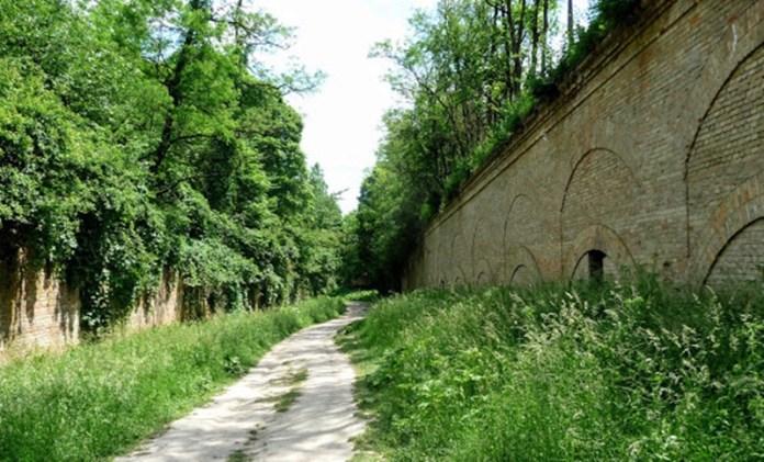 Рів перед фортом і стіна укріплення