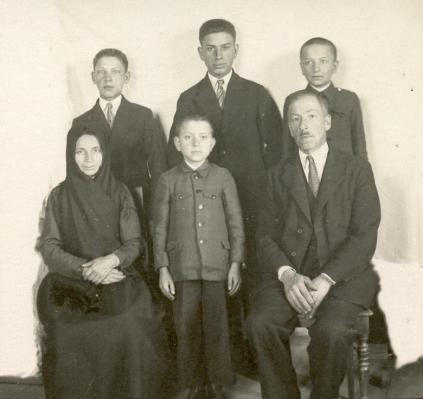 Родина Звіринських – сидять зліва направо мати, Йосиф, батько, стоять зліва направо Мар'ян, Людвік, Карло, близько 1937 р.