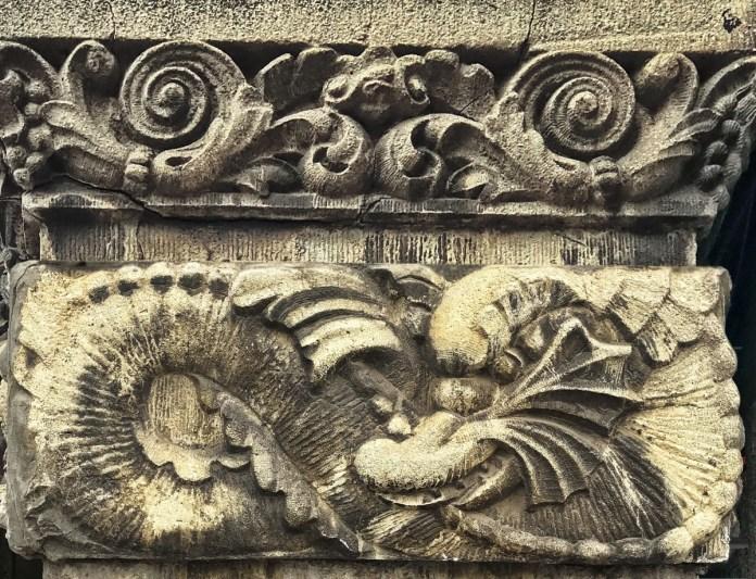 Елементи декору на фасаді кам'яниці Йони Шпрехера на пл. Міцкевича, 8.