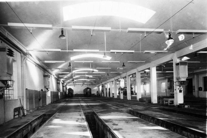 Трамвайні вагони в середині профілакторію трамвайного депо № 1. 1930 р.