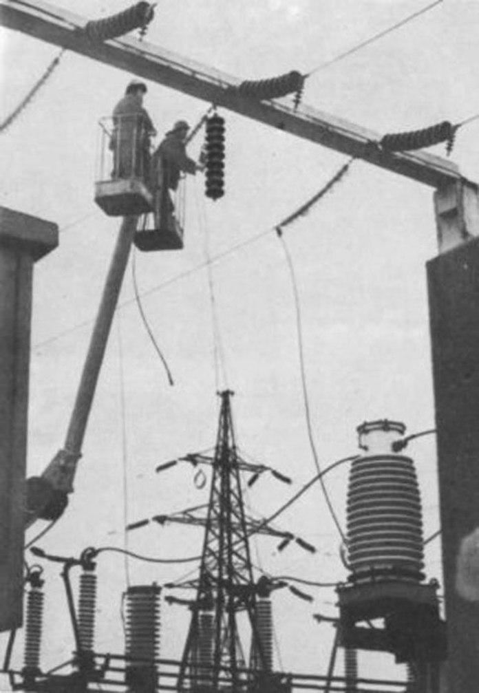 Монтаж обладнання підстанції під час електрифікації ділянки Мукачево-Лавочне. 1955 р. Архів Львівської залізниці