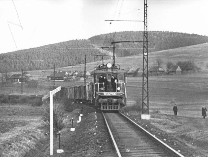 Електровоз ВЛ22М веде вантажний потяг на лінії Мукачево – Стрий. Початок 1960-х років. Архів Львівської залізниці