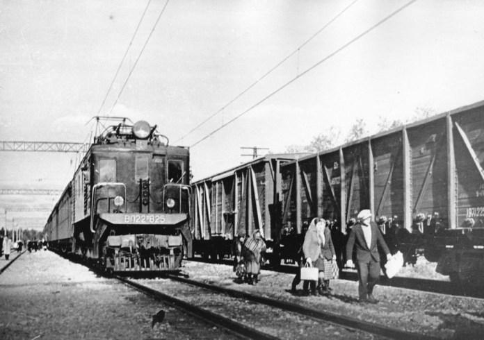 Електровоз ВЛ22М-825 із пасажирським потягом. Початок 1960-х років. Архів Львівської залізниці