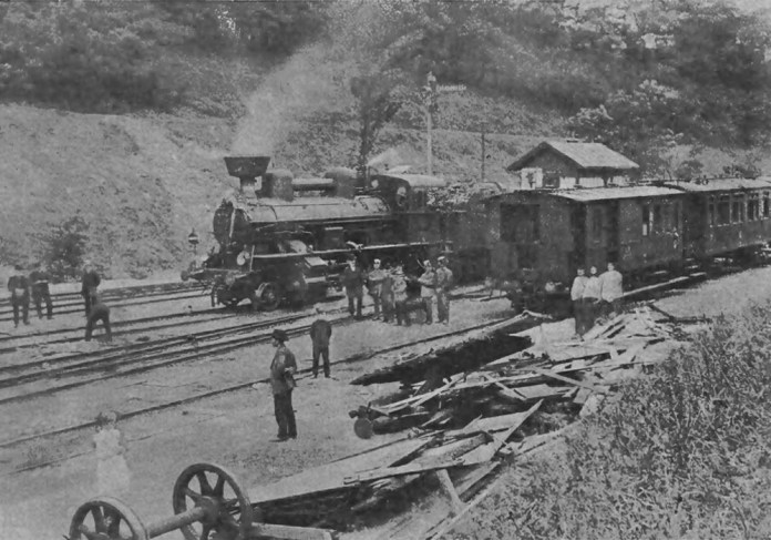 Місце зіткнення пасажирського поїзда № 11 із резервним локомотивом біля станції Підзамче. На передньому плані – залишки пакункових (багажних) вагонів, які були розбиті під час аварії. Далі – паровоз, який став винуватцем аварії. 1909 р.
