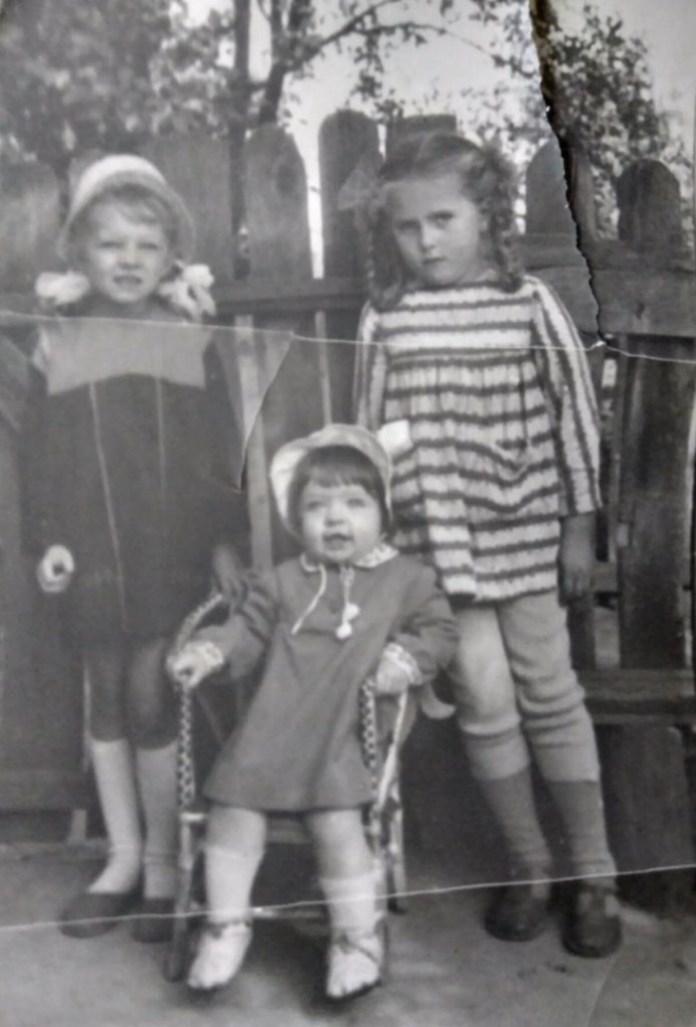 Я (ліворуч) з подружкою Іриною (праворуч), посередині моя сестричка Алла