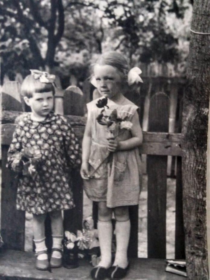 З подружкою Янкою (ліворуч)