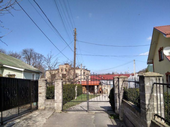 На місці колишнього тупика новий паркан і будинок. А далі добре видно будівлю колишньої туберкульозної лікарні