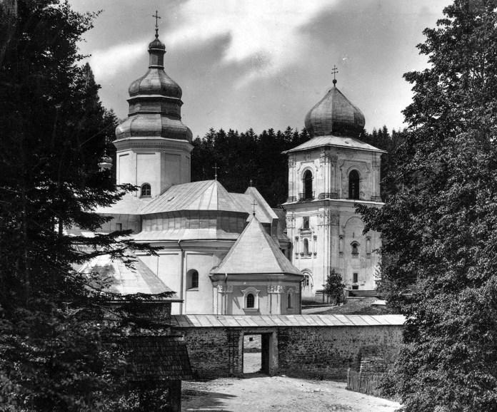 Церква монастиря Святого Онуфрія у Добромилі із фрагментами монастирських будівель. Фото із польської національної бібліотеки «Polona». Фото з колекції «Archiwum Szeptyckich» (Власність «Fundacji Rodu Szeptyckich»)