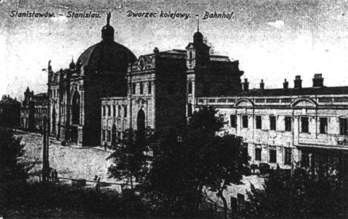 Залізничний вокзал у Станіславові після реконструкції початку ХХ століття. Ініціатором цієї реконструкції був керівник Станіславівської дирекції залізниць Людвік Вежбицький