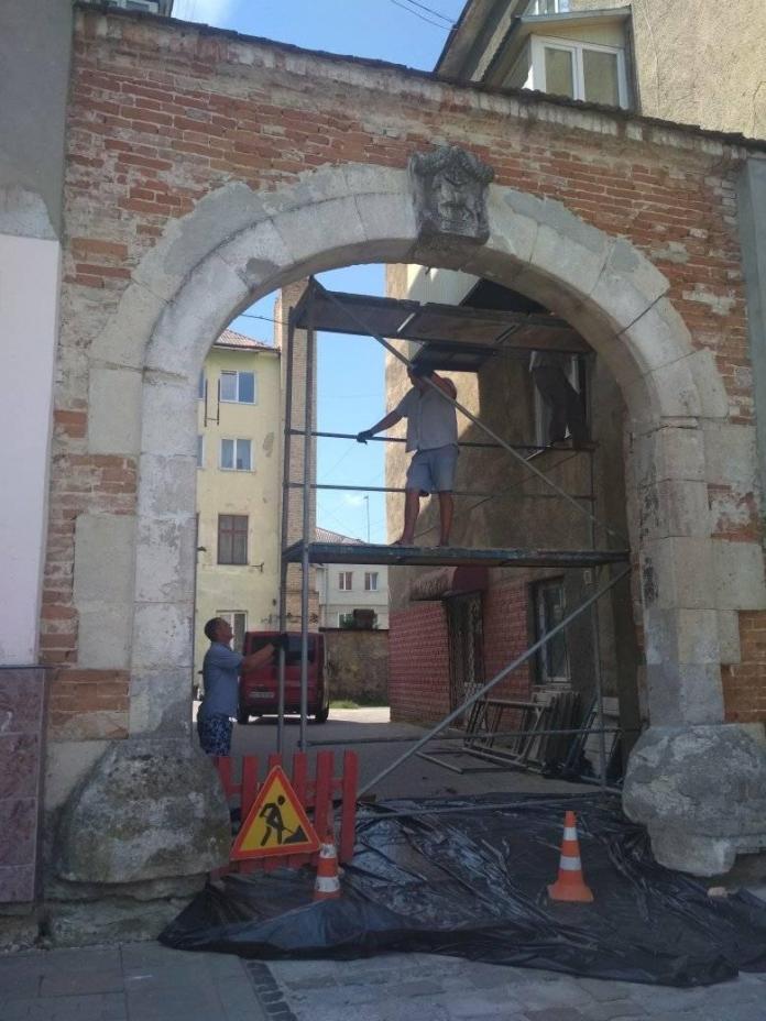 Реконструкція виїзної арки на вулиці Шашкевича, 8 у Золочеві