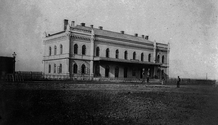 Залізничний вокзал у Снятині, збудований у 1866 році. Автор проекту – Людвік Вежбіцький. До наших часів ця будівля не дійшла.